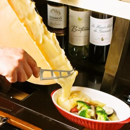 At the table you can not miss a delicious raclette