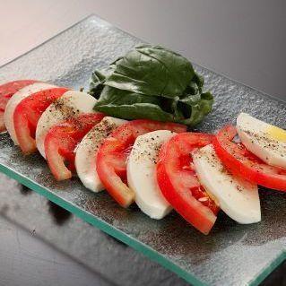 Caprese新鲜的西红柿和马苏里拉奶酪