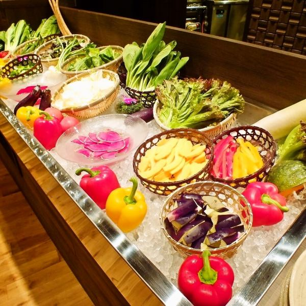 【ビュッフェ】野菜本来の濃い味を楽しんでいただくために、店内中央にオリジナルの大きな野菜ビュッフェを設置。各地の契約農家などから取り寄せた新鮮な野菜をズラリと並べ、数種類のソースやドレッシングで最高な状態で召し上がっていただきます