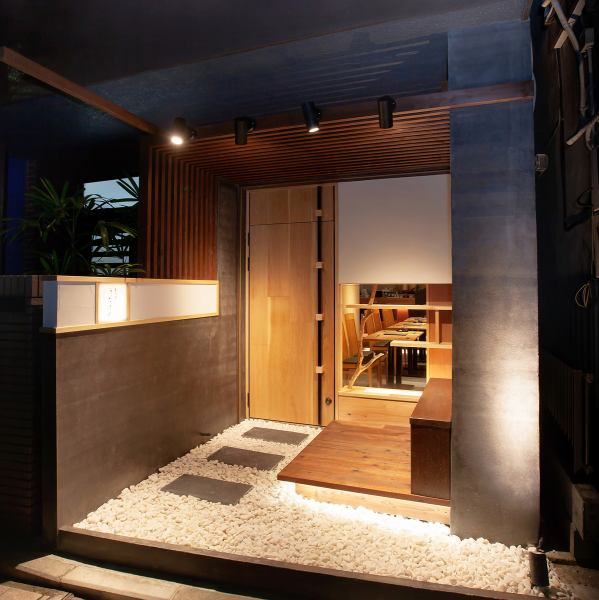 In Sakuragicho, calm hideaway Japanese stores appeared.The concept is [light of the mind settle sum in the city].Walk from Sakuragi-cho Station Noge Zoo Street towards [third generation UNA Akazome] little was written with the light is visible.Store feel the warmth of the wood [sum] space ......