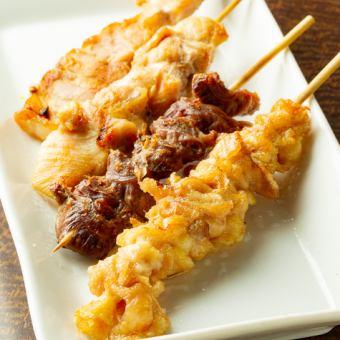 串焼き(鶏串100円・豚串130円・砂肝串130円・鶏皮串150円)各種