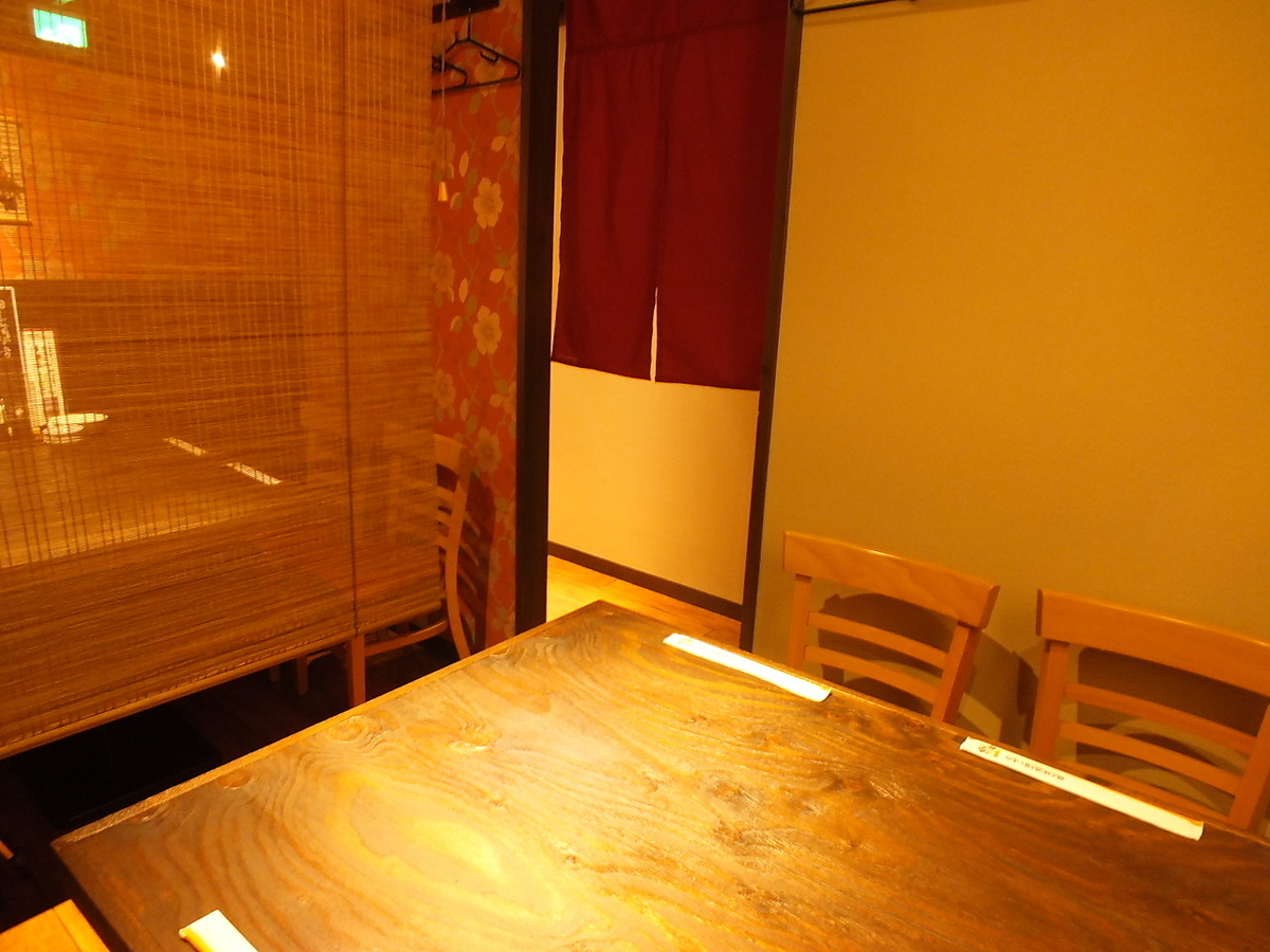 【2nd Floor】 Half private room partitioned by a sled.Even 8 people can use it if you increase the blind!