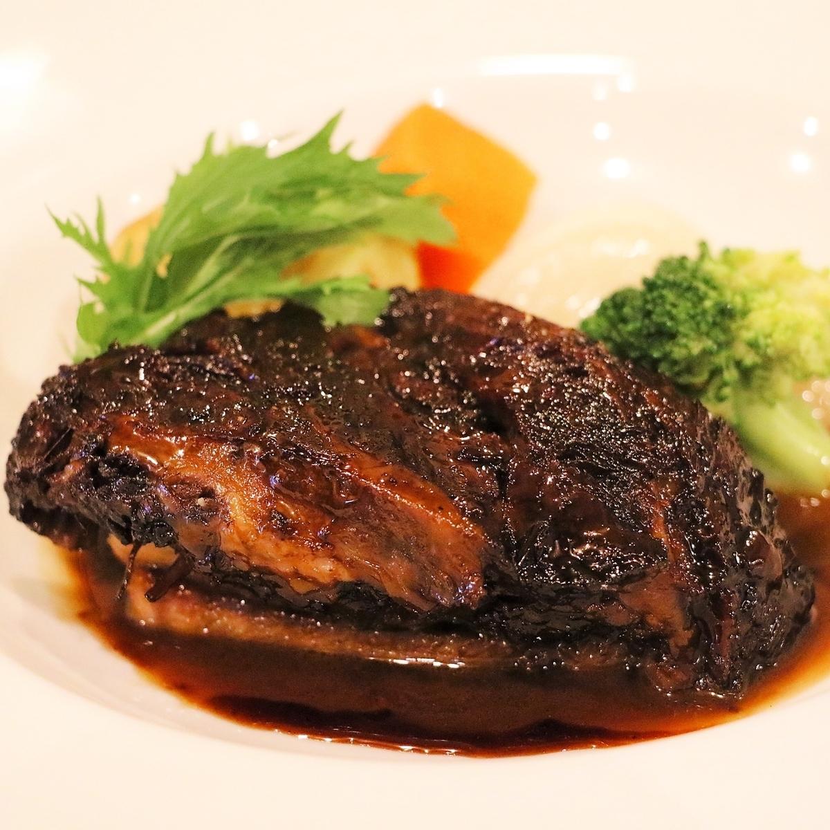 【名物】黒毛牛ホホ肉の赤ワイン煮