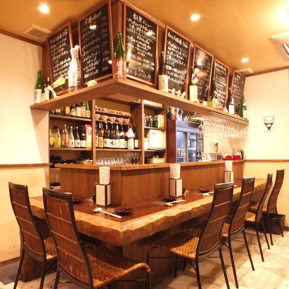 お店の中央にある、広々としたカウンター席です。ココで自分に合った日本酒や料理をお探しいただけます。
