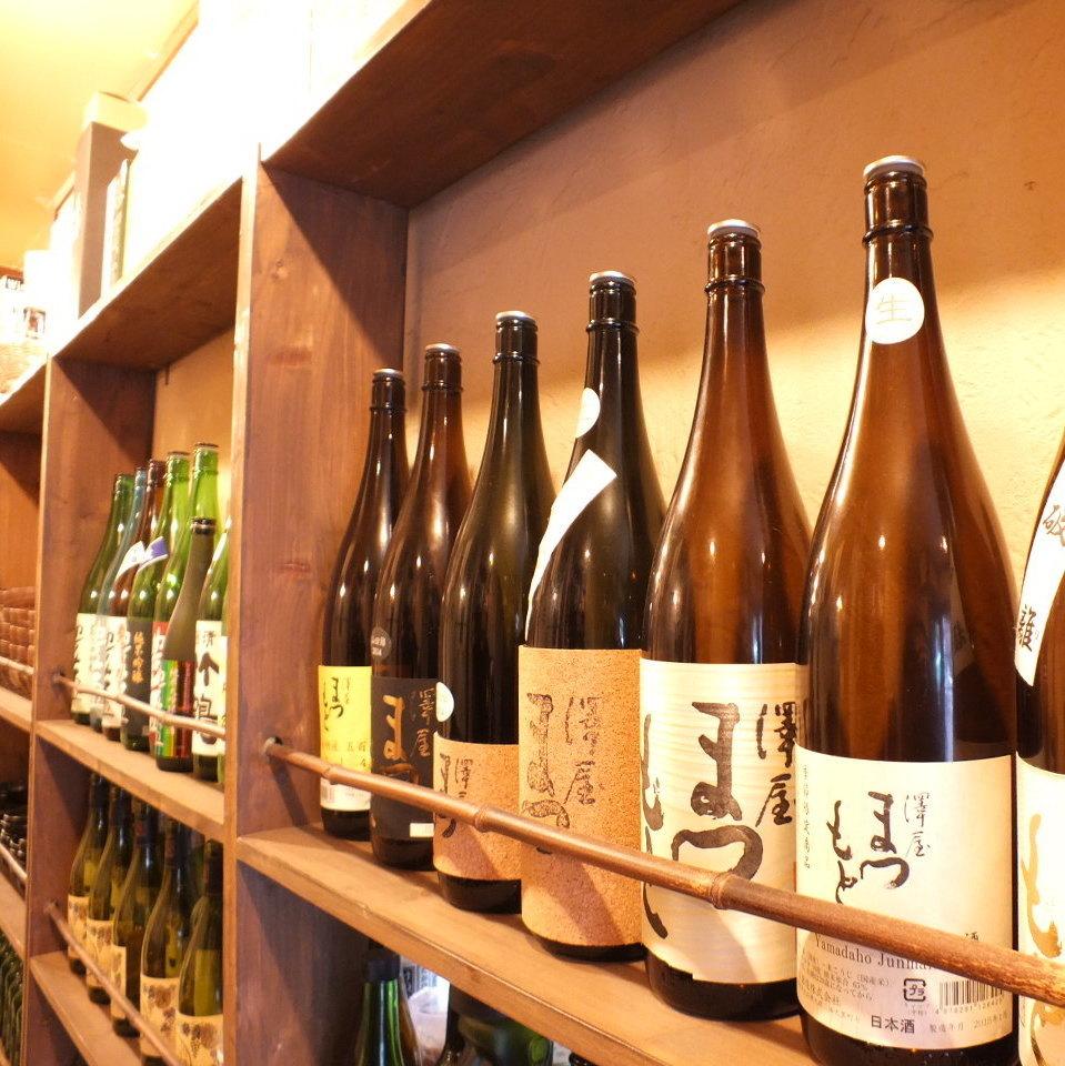 カウンター手前の棚には季節の日本酒がズラリと並んでいます。