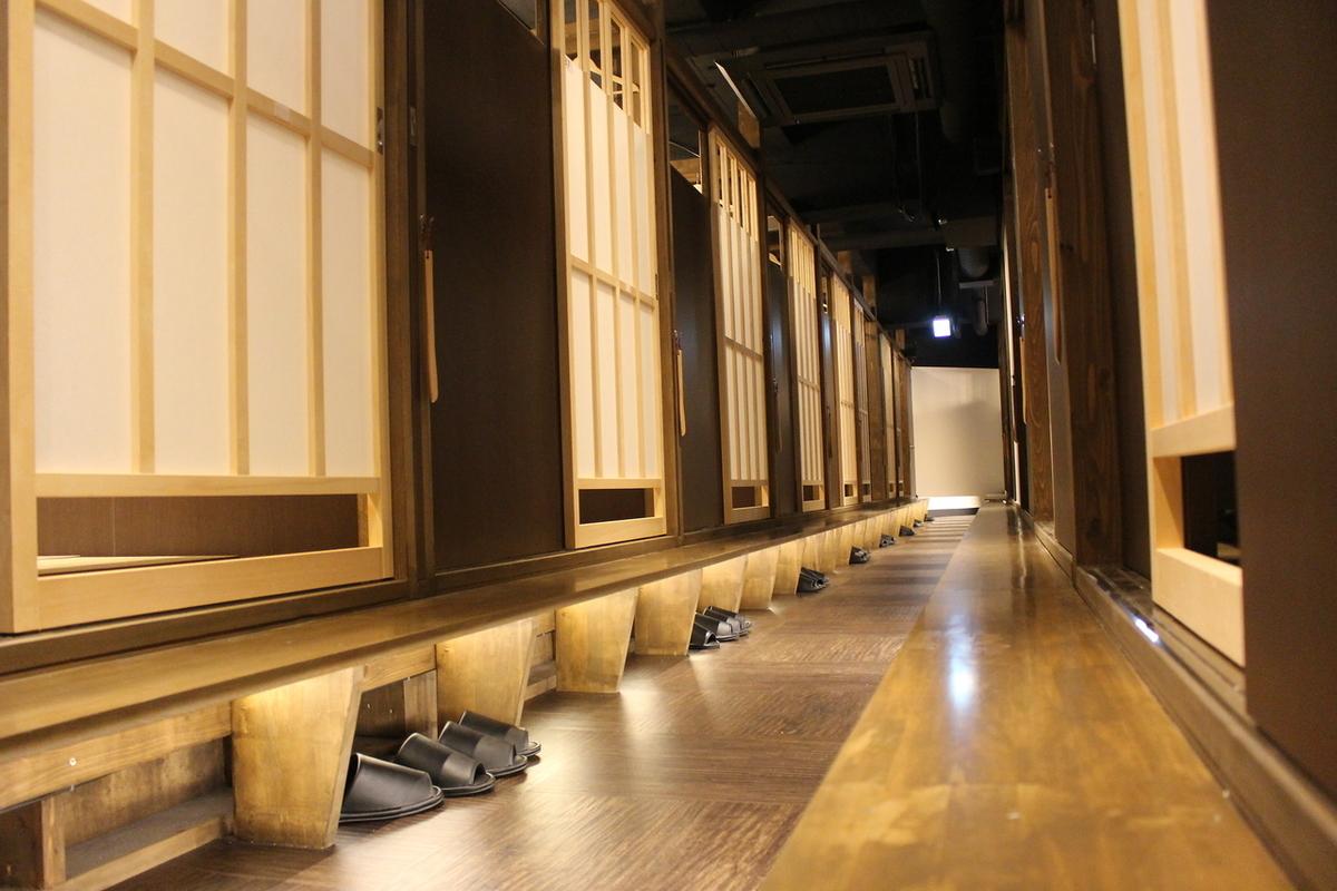 エントランス明るくモダンな店内、沼津駅近くで使いやすい!