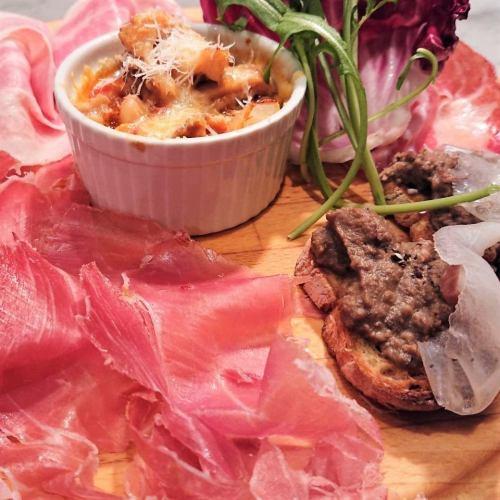 イタリア産生ハム・サラミとトスカーナ伝統料理の前菜盛り合わせ