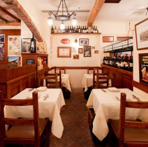 テーブル席 / イタリアの裏路地レストラン、トラットリアをイメージした店内。落ち着いた温かい雰囲気のくつろげる空間♪全46席で宴会や歓送迎会にも◎ご宴会は最大20名様まで承ります