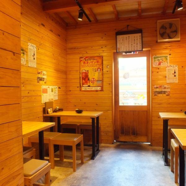 テーブルスペース、カウンターともにウッディ―な雰囲気の店内。カジュアルにワイワイ楽しめる空間です。