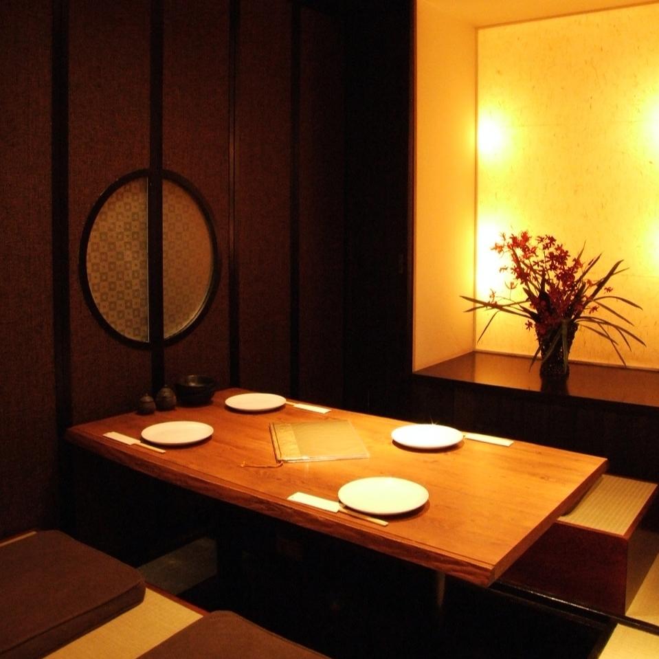 柔らかい光が包む個室風のお席。