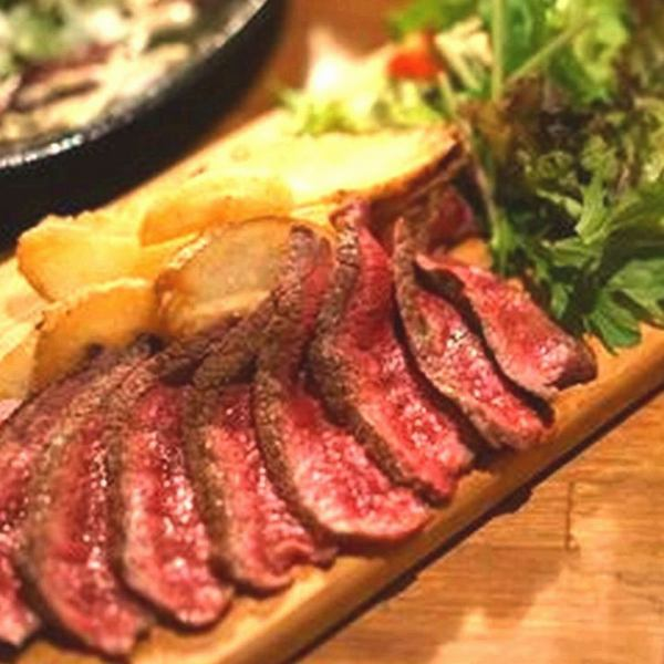 Steak baked on steel plate! Healthy, lean meat that meets alcohol, even prepared to eat