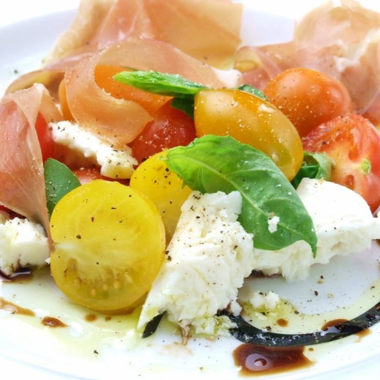 Caprese of three kinds of tomato and raw ham