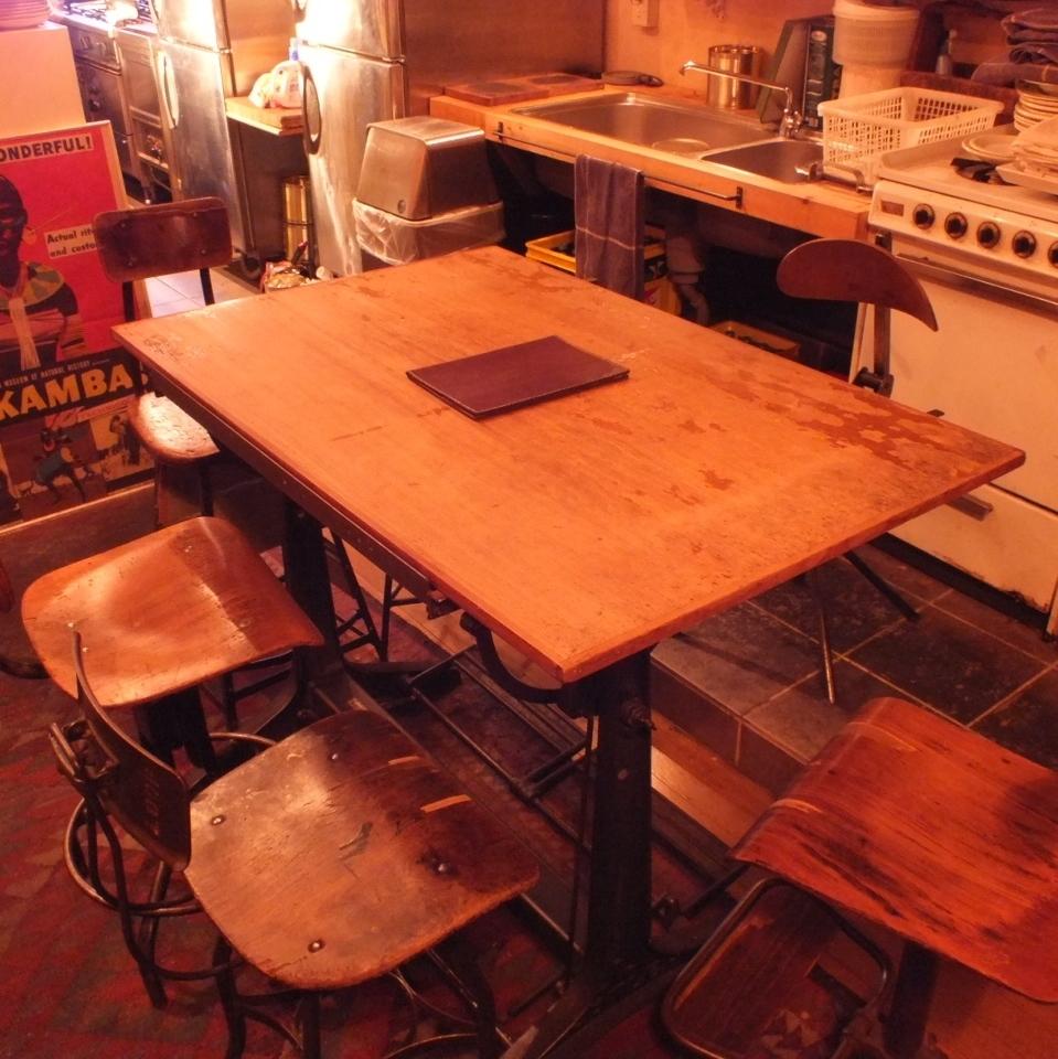 【店内6人座位】太时尚了......一张大缝纫桌!我以为是座位。