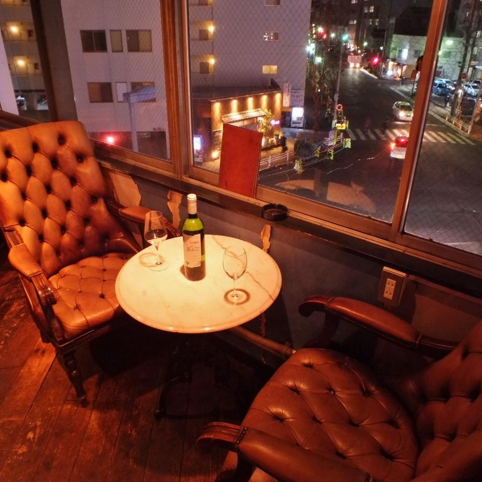 【店内2~3人座位】窗口情侣座椅作为名人豪宅的豪华沙发座椅!度过轻松时光♪