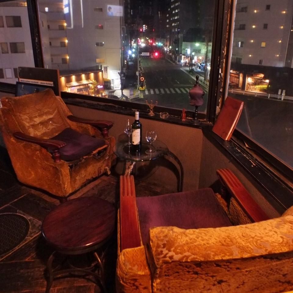 【商店前面2人】这个靠窗座位的情侣座椅是一个蓬松的沙发座椅,带有古色古香的感觉。这也是推荐日期!