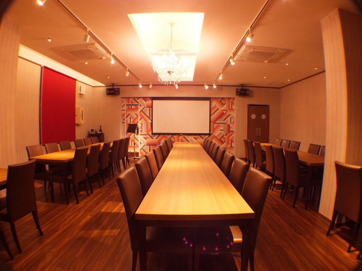 4Fは最大60名で楽しめる貸切空間に!!シャンデリアが煌めき、大型プロジェクター、カラオケまで完備された贅沢な空間です。結婚式二次会、宴会など幅広くご利用可能です!