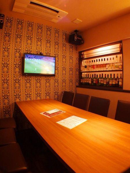 落ち着いた大人の雰囲気の個室。ワインボトルが飾られた贅沢な空間です。カラオケと液晶TVも完備!スポーツ観戦も可能です◎