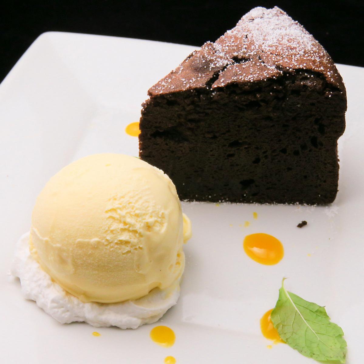 温暖的特制的巧克力香草冰淇淋