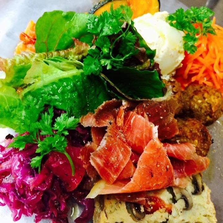 地場野菜の総菜たっぷり盛り合わせたメリメロサラダ