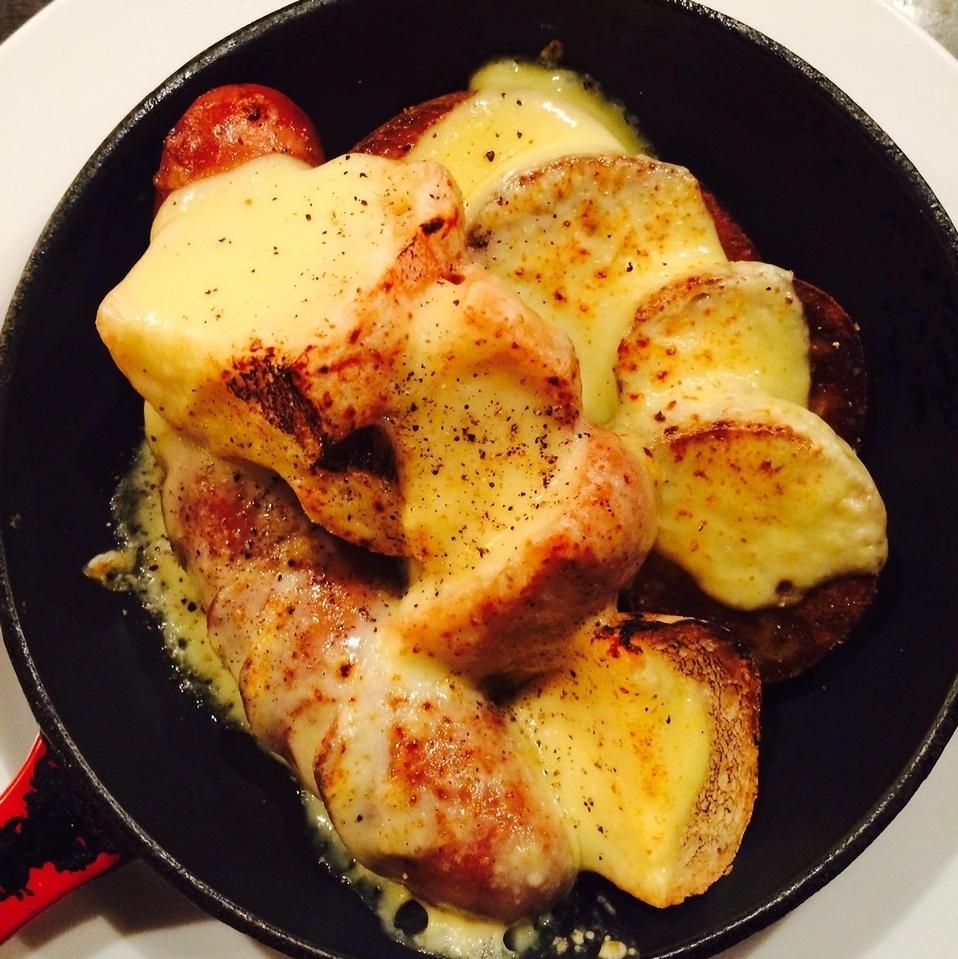 新得共働学舎のラクレットチーズ焼き(美瑛産ソーセージ、バケット、じゃがいも、季節の野菜)