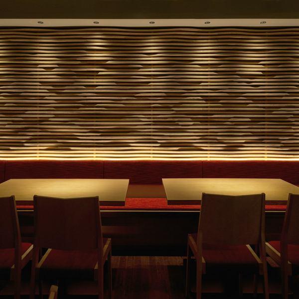 ゆったりくつろげるテーブル席。席をお繋ぎすることもできますので、急な小~中規模宴会にも対応できます。4名様~16名様までご対応可能となっております。
