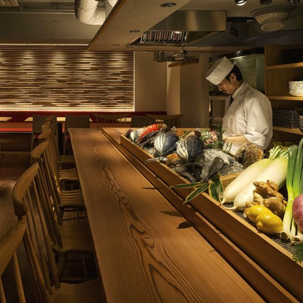 料理の味をご満足していただくのはもちろんのこと、当店では調理過程もお楽しみいただけます♪カウンター席では目の前に食材がずらりと並び、料理人が匠の技で調理します。