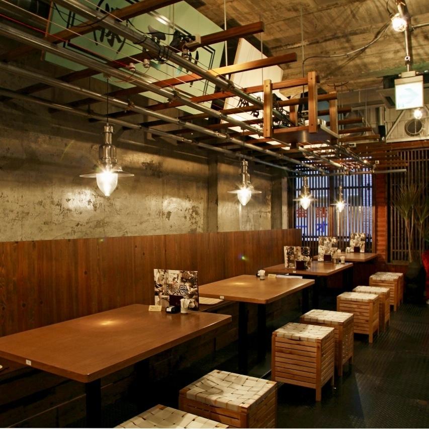 2F…ワイワイ楽しみたいなら2Fのテーブル席がおすすめ。仕切りのな開けた空間で、会社仲間や友人と楽しい宴会を。
