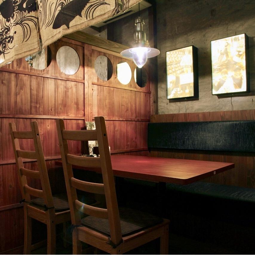 B1F…地下の落ち着いた雰囲気の4名様掛け用のテーブル席。お仕事帰りや友人同士のプライベートな飲み会、コンパなど各シーンで使えます。