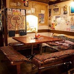 오키나와의 분위기 만점의 테이블 석 ♪ 대규모로도 테이블을 그룹 욱 둘러싼 형태이므로 거리가 멀어지지 않는 것이 기쁘다 !! 라이브도 가까이에서 볼 수 있습니다 ◎