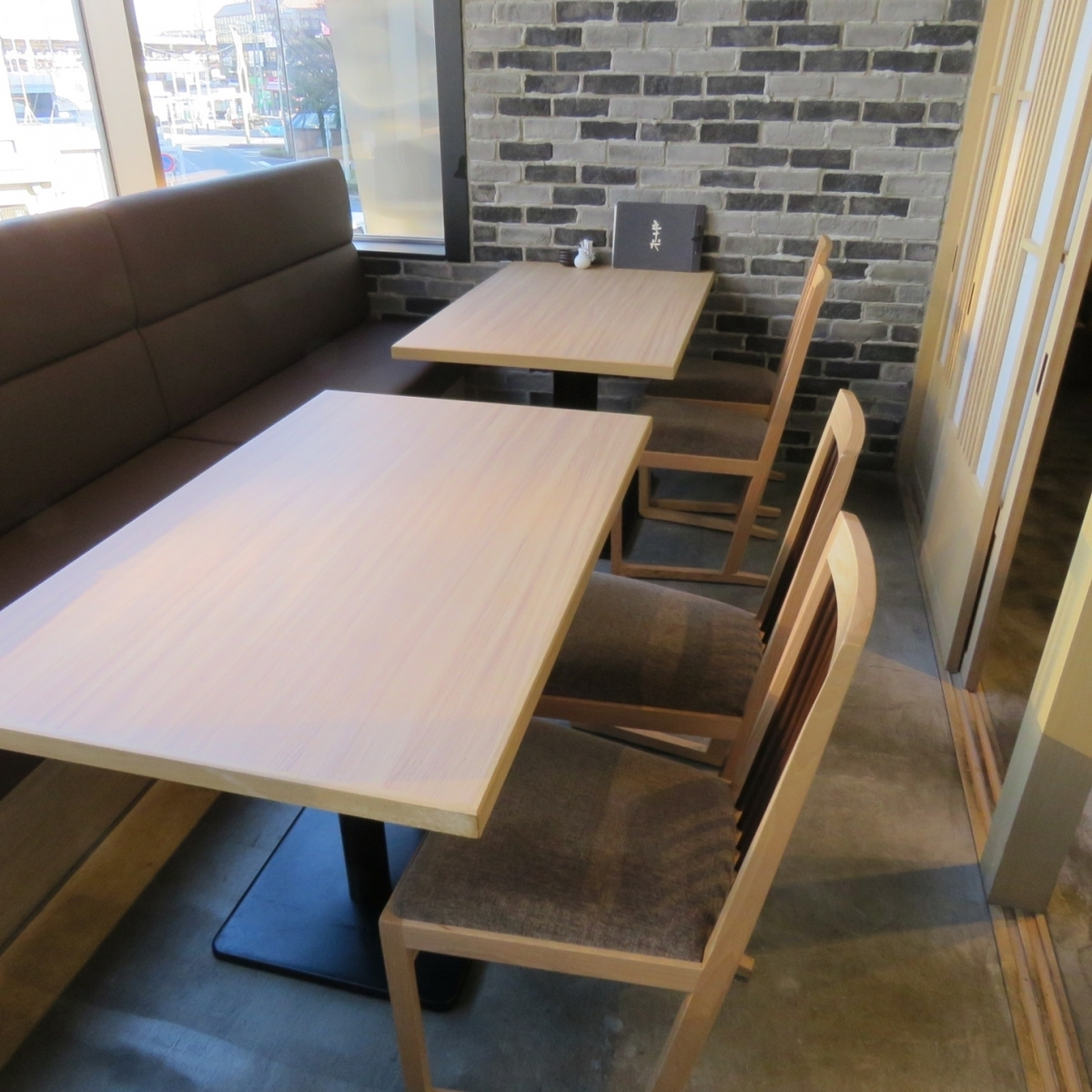 A table room where the window side seat became a sofa.There are 2 rooms.You can see the scenery outside from a large window with open feeling ♪ Please use for family meals and entertainment etc.