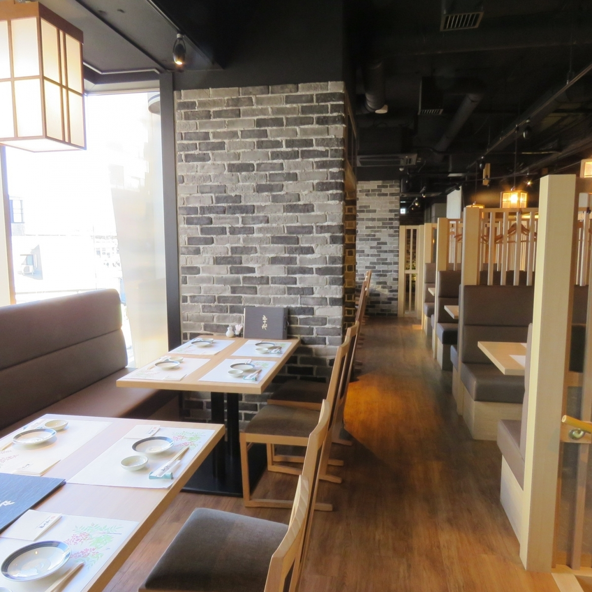 There are three table seats for 4-seat box type sofa and four table tables for windows side sofa.The table feeling the warmth of grids and wooden grid, you can feel the harmony of Japanese ♪