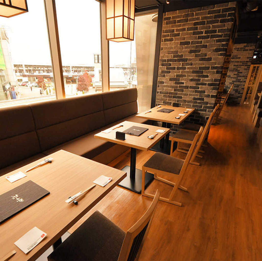 A table seat whose window side is a sofa seat.The calm atmosphere is also recommended for dating ☆ You can enjoy delicious local sake while striking the gem of excellent food.