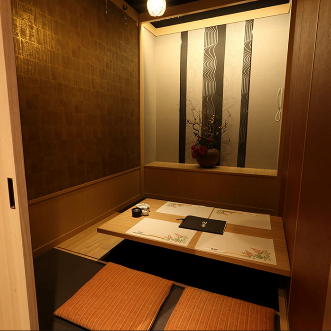 We prepare 7 rooms for 4 people, 6 people, 8 people, 10 people and private rooms corresponding to the number of people in the digging tatami mat.Please take off your shoes and relax and enjoy the cuisine slowly ♪