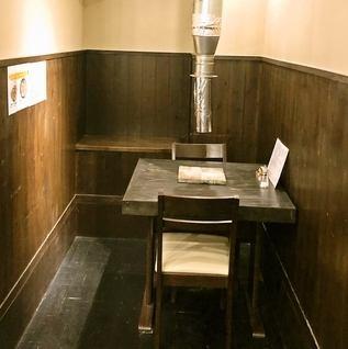 テーブルごとに煙突がついており焼肉屋さんの難点であるにおいがほとんどつきません(*^^)v2名様用の半個室のようなカップルシートもご用意ございますので、是非デートでもご利用下さい♪
