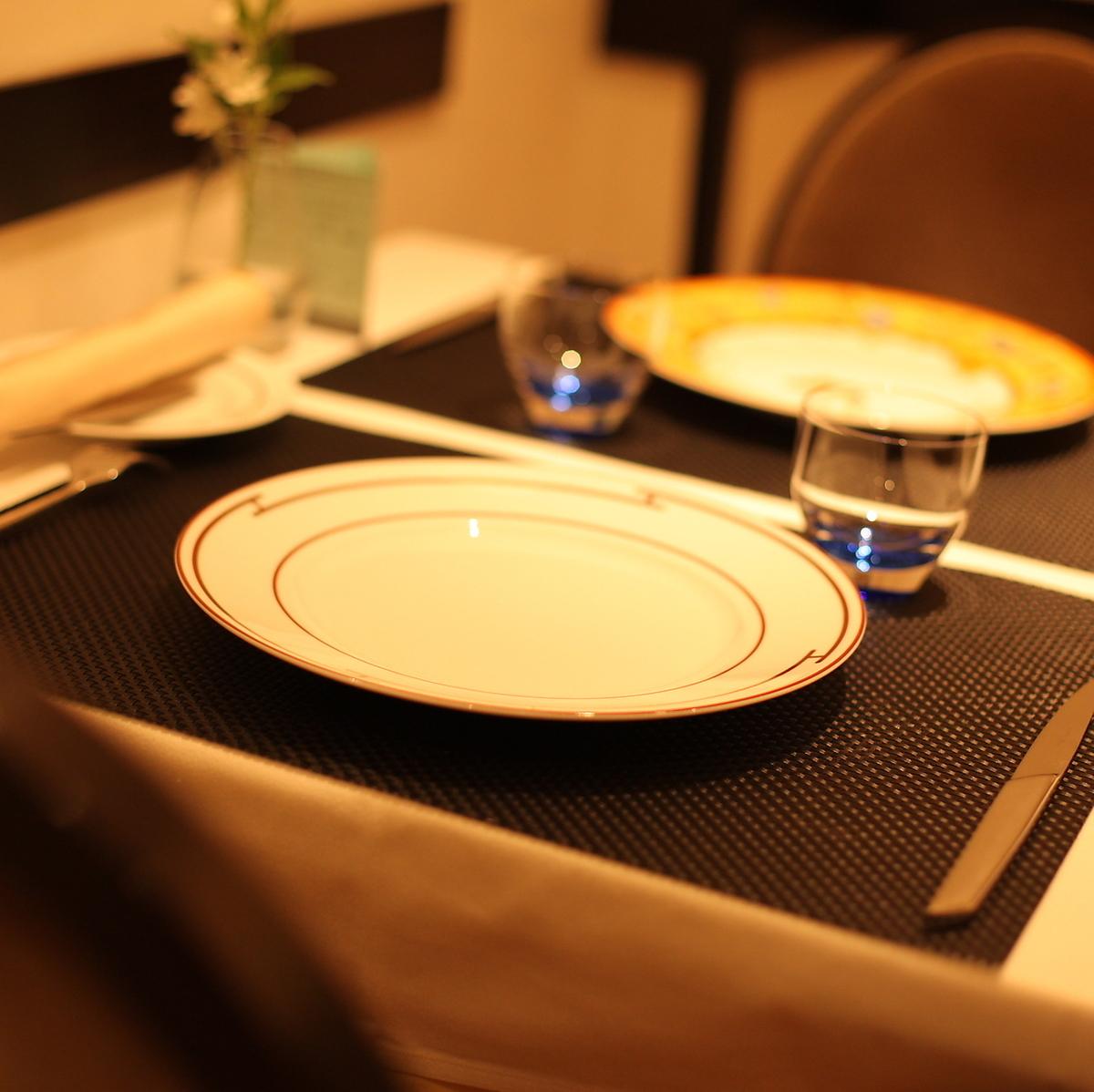 桌椅周年纪念日,排列着色彩缤纷的菜肴