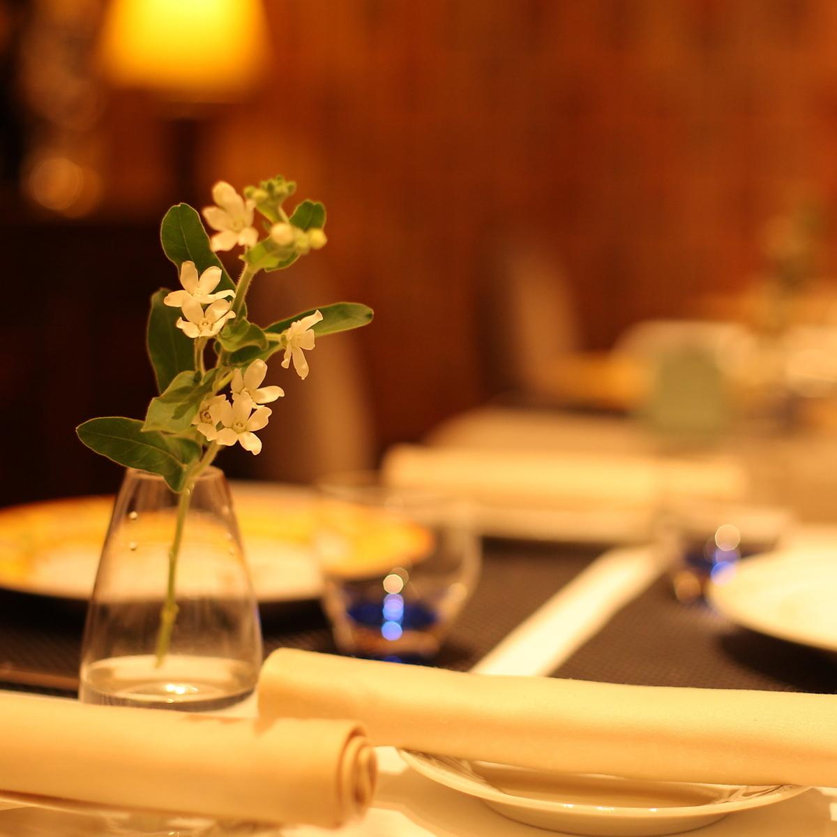 五颜六色颜色桌子的季节的花