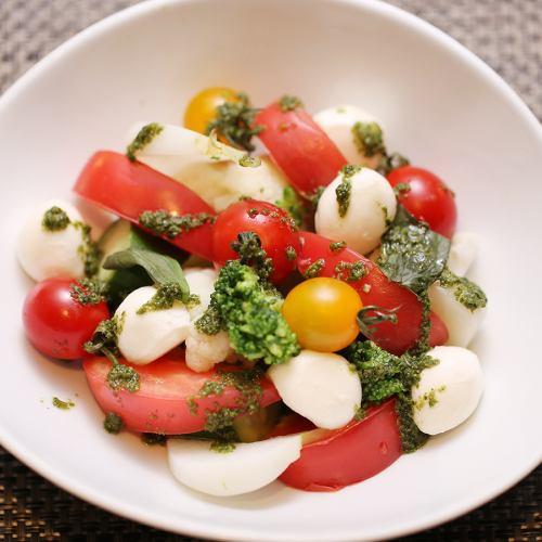 千歳産トマトとモッツァレラのカプレーゼサラダ