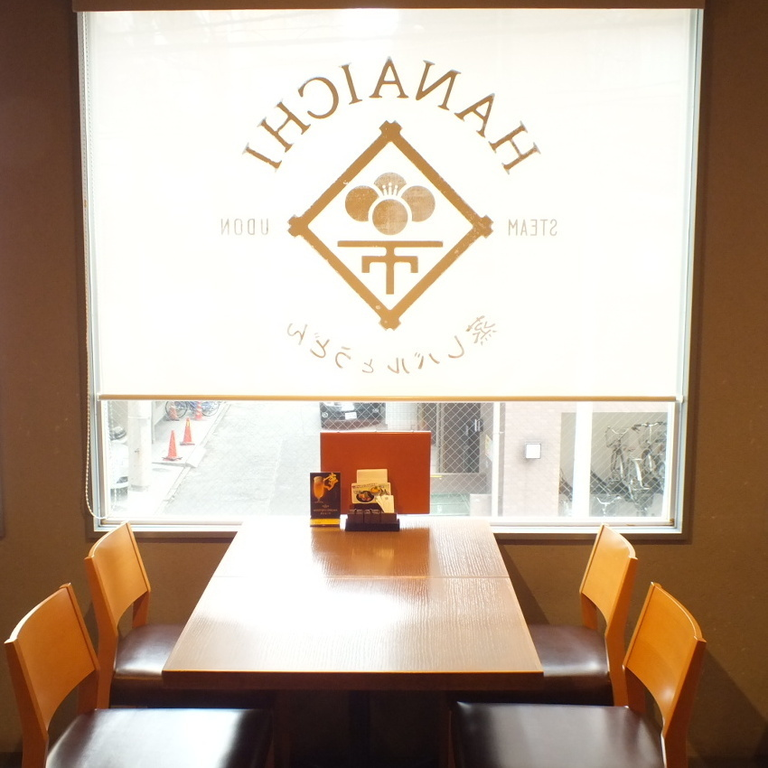 창가의 좌석은 점심 · 저녁 함께 인기있는 자리입니다.