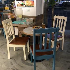 テーブル席はつなげることが出来ますので、4名席も対応可能です!ご相談ください◎丸テーブルもご用意しております※3人迄ご利用頂けます♪