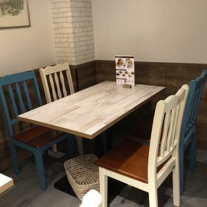 店内奥の4名テーブル2つは、日中は禁煙とさせて頂きていますが22:00以降は喫煙席となります。店内奥に位置していますのでゆっくりおしゃべりをしたい時などはご利用ください。