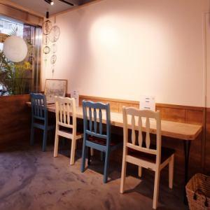 店内はカウンター席をご用意しておりますので、お一人様でもお気軽にお食事をお楽しみ頂けます!!席は4席ご用意しておりますので、デートや少人数でのお食事にも最適です☆落ち着いた雰囲気の中でゆっくりとお食事をお楽しみください。