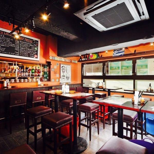 [气氛◎]在想象墨西哥酒吧建造的商店内。墨西哥画作,墙上的瓷砖,色彩缤纷的菜肴等。让墨西哥成为一个欢快的墨西哥流浪乐队!享受美好时光,并花费大量拉丁品尝!