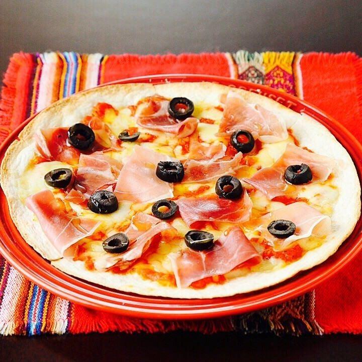 Salad pizza of raw ham