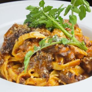 Cream pasta stewed with aged beef stew