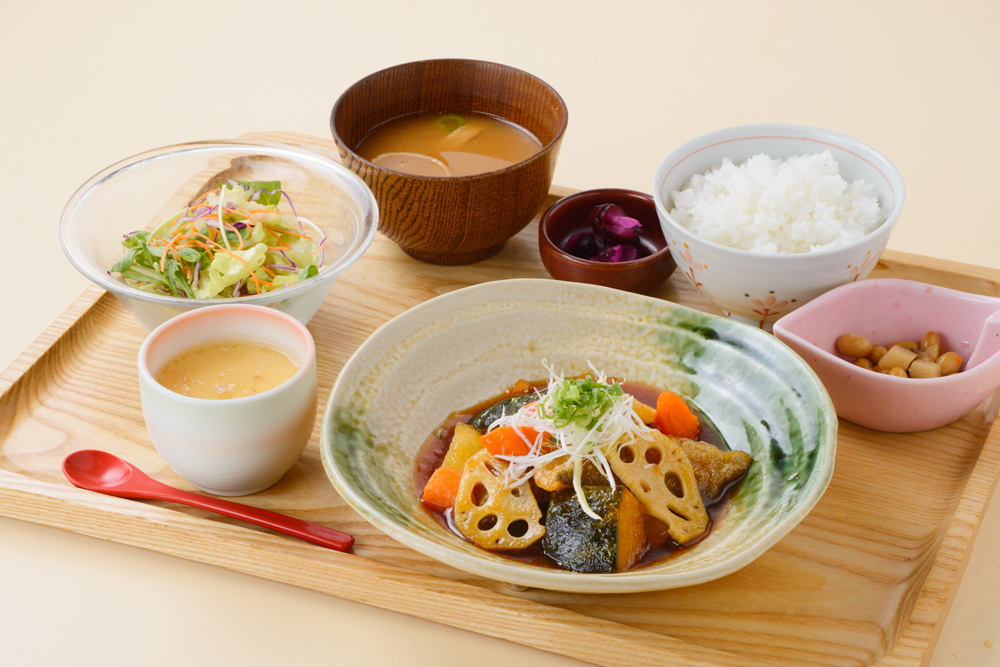 鱈魚和根菜類用黑醋調味汁