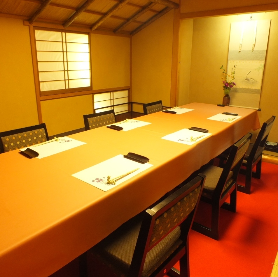 【One room】 It is table private room.For entertainment, legal requirements, dinner as well