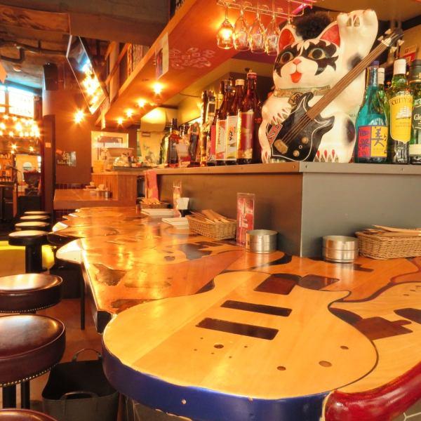 【ギターがモチーフのカウンター席♪】デートやサク飲みにも!ハンガーやテーブルのデザインにもロック感満載のデザイナーズ空間!です♪