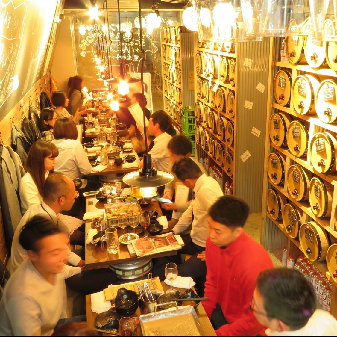 ◆メインテーブル席◆縦に1列で最大30名様座れるお席です。ワイン樽も近く宴会には最適です!!