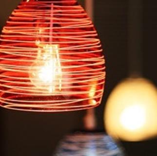 ◆ロマンティックルーム.◆扉で仕切られた完全個室のお席です。赤色の照明が妖しい、横並びで座っていただくカップルシート!3名様までお座りいただけます!※ルームチャージとしてご飲食代から10%頂戴しております。