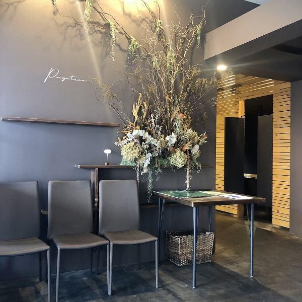 居心地の良い木のぬくもりを感じられる空間。読書したくなるような落ち着いた雰囲気もあるカフェスタイルの店内で、手作りハンバーガーをはじめ、カジュアルフレンチ&イタリアンをお楽しみください。『気軽にお食事』でも『まったりBar』どちらも、お客様のシーンに合わせてお気軽にご利用頂けます。
